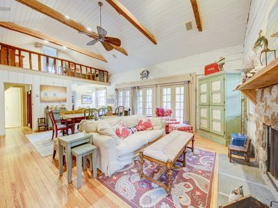 129 Columbia Ave - Rustic Elegance at the Beach, 4 Blocks to Beach with Hottub, 4 bed 2.5 bath, Log Cabin with off street parking. Sleeps 10. **Includes Sheets & Towels in 2020 **