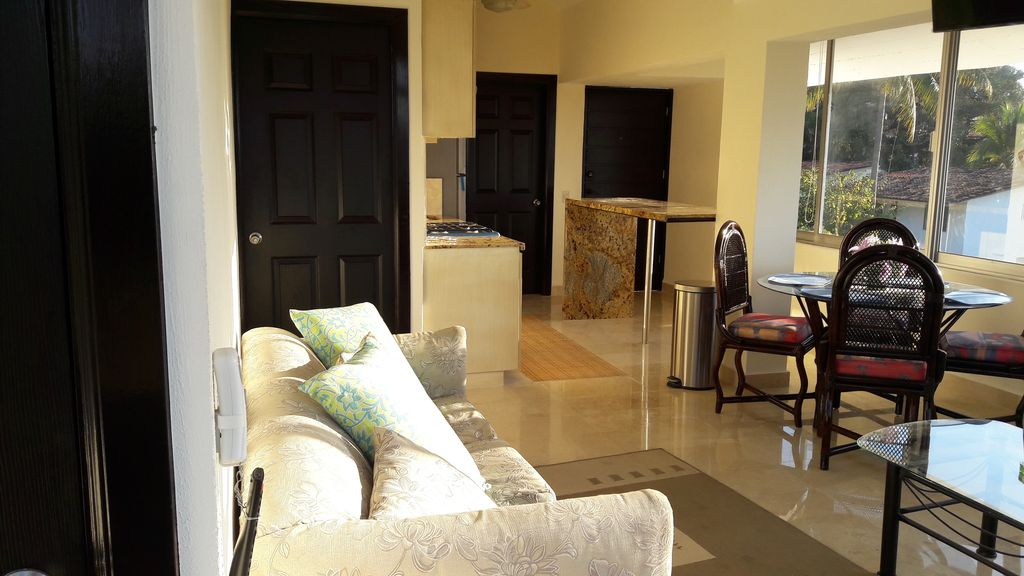 PENT HOUSE  GREAT PLACE   IN TE MIDDLE OF HEARTH TOWN CLOSE TO THE BEACH