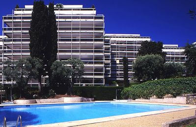 Photo for Apt. 5 people Antibes July quiet, shady park, sea, swimming pool