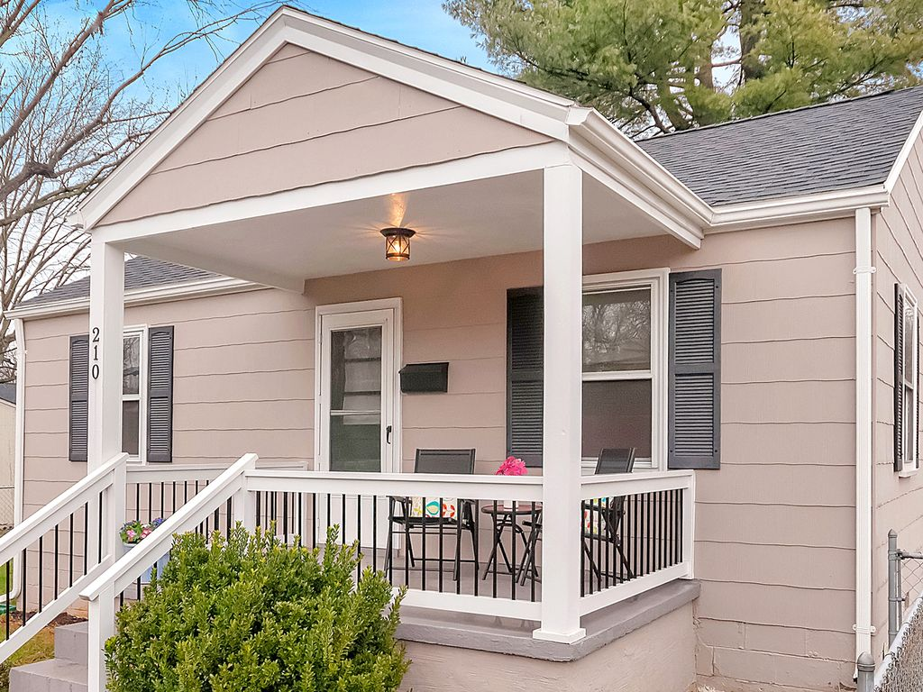 Downtown bungalow walkable wineries uva homeaway for Charlottesville cabin rentals hot tub