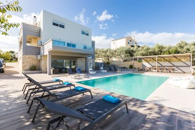 Villa Aelia is located 2 kilometers from the beach and stores