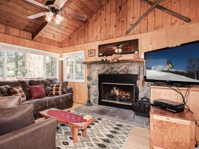 Edge Family Getaway: Bear Mtn! Hot Tub! Pool Table! Cable TV! Internet! Deck! BBQ! Fireplaces!