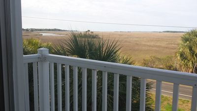 Folly Beach and close to Charleston tourist attractions. 3 night minimum stay.