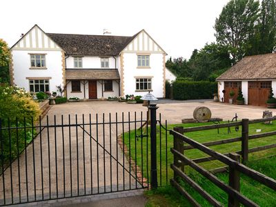 Photo for THE LILACS, romantic, luxury holiday cottage in Broadway, Ref 914084