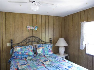 Master bedroom, queen size bed