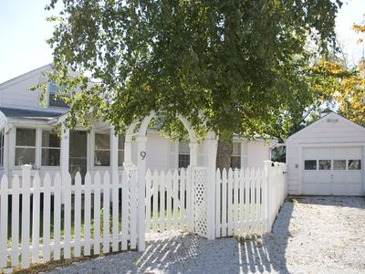 Nama-stay, sweet pink Saugatuck Shores beach cottage