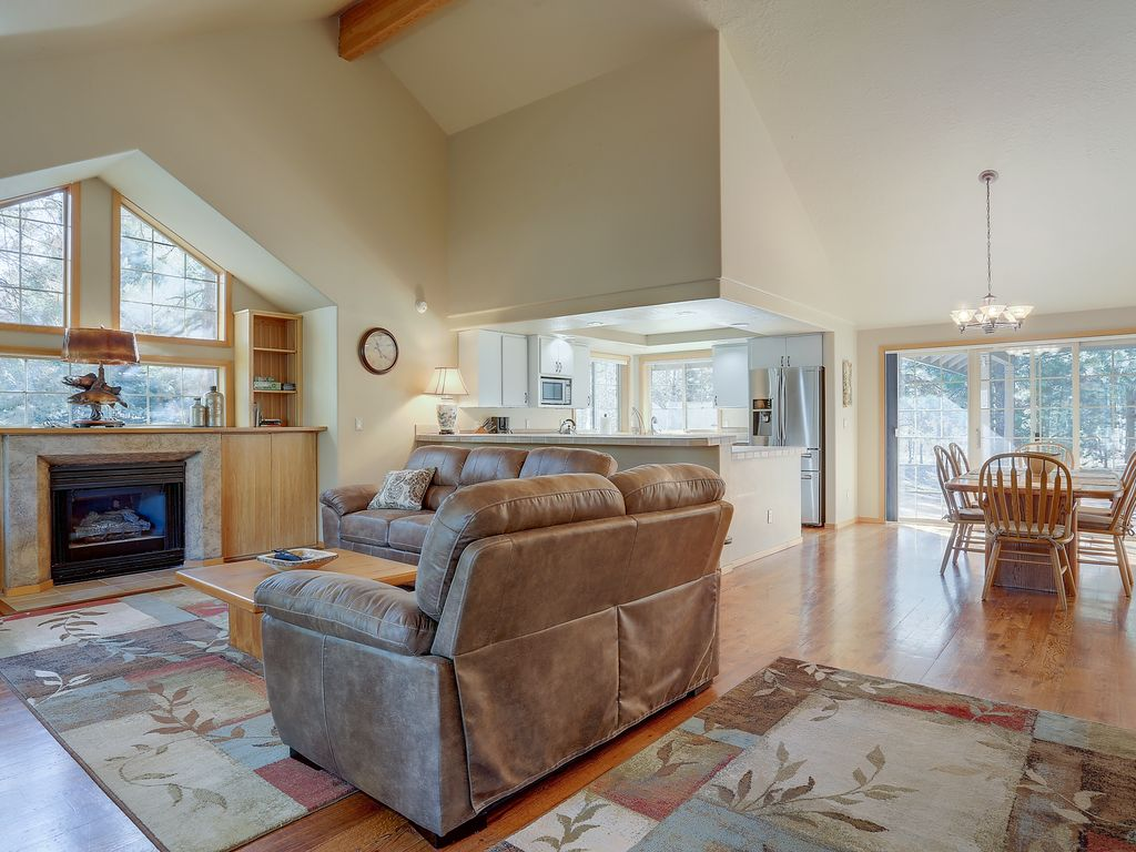 Beautiful Sunriver Home Remodeled Kitchen Over Sized Master Suite Built In Dog Run Bend