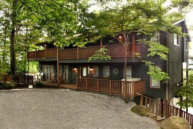 Smoky Mountain Lodge 5 bed rooms, main gathering area with awesome mtn views!