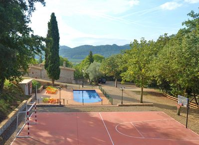 Casa de Cuaña has a fenced pool area and a food- and basketball field