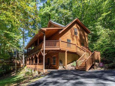 A Riversound - Valle Crucis Cabin with Large hot tub, Pool, Poker table, walk to river!