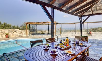 Breakfast area with pool