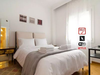 Photo for Central, Bright & Cosy Flat, Fast WiFi, A/C, Self Check-In, NETFLIX!