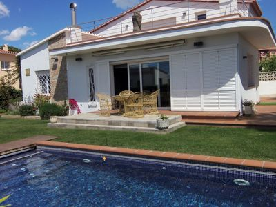 Photo for Modern, detached holiday home with garden and swimming pool at 800m from the sea