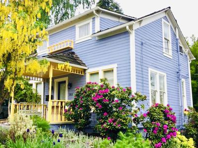 Spring brings all the flowers out to play at this 1907 historic Ashland cottage!