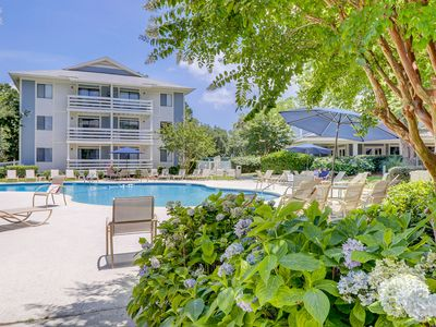 Photo for Spacious condo w/ shared pool and tennis court, balcony & beach access!
