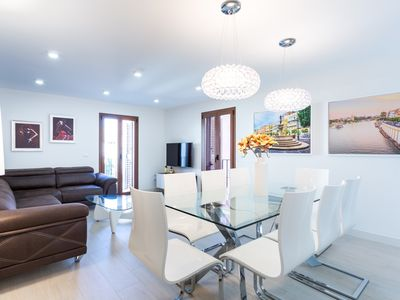 Photo for Apartment in the center of Seville with Internet, Air conditioning, Lift, Balcony (670888)