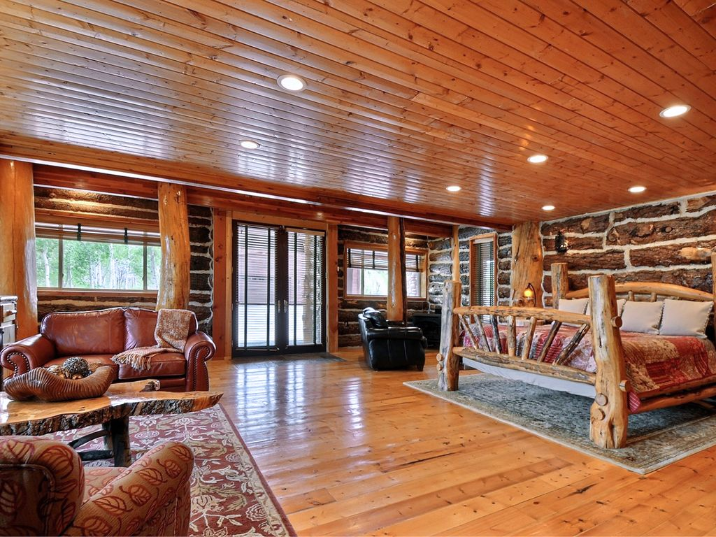 Timber moose lodge largest private log cabin in usa big indoor pool sleeps 60 timber lakes for Cottages in the lakes with swimming pools