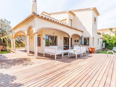 Photo for Detached villa with privated pool situated at the seafront in Sant Pere Pescador