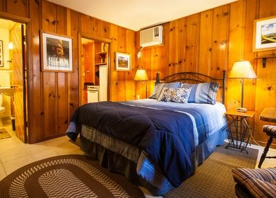 The Romantic River Oak Cabin.  New Queen bed and bedding. Knotty pine.