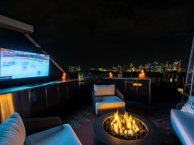 Exquisite Rooftop Living Area w/Panoramic Views of Downtown (3BR/4BA House)
