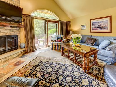 Luxurious Fairway Village home with slopes and golf course views - in the heart of Bretton Woods! Wifi, cable, free shuttle to skiing and hotel! FULLY AIR CONDITIONED! COVID SPECIAL RATES AND POLICIES IN EFFECT