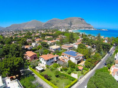 Photo for Liberty villa with garden 300 meters from the beach of Mondello