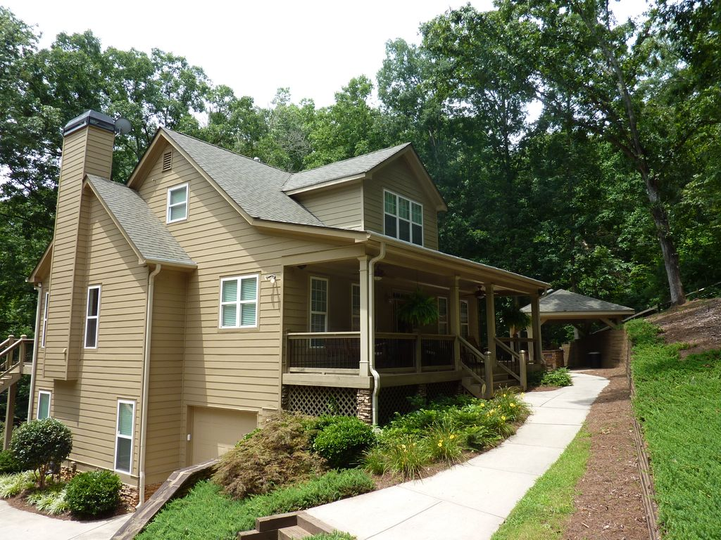 Gorgeous lake retreat on large cove homeaway gainesville - Large summer houses energizing retreat ...