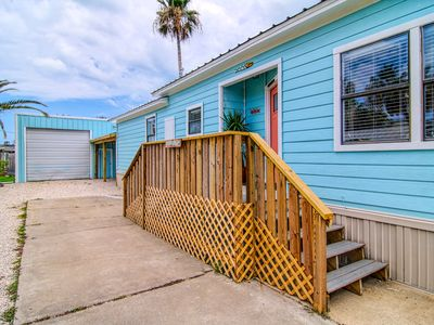 Photo for 2 bed/ 2 bath soft beach decor. Nice BBQ area with barrel pit! Right in town!