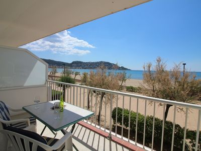 Photo for Ideally located in front promenade, overlooking the sea, FEET IN THE WATER !!! 30m2 4 per