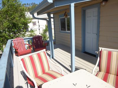 Budget Vintage Garden Cottage, Walk to town, Privacy, Deck, Wifi, Sleeps 2 max