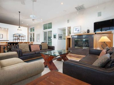 JHRL - McBean House, Contemporary 4-bedroom Home - 5 Minute walk to Base, private Hot Tub