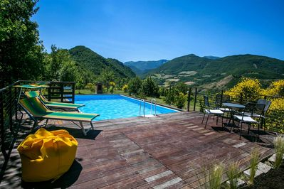 Villa La Torre - Panoramic pool with table, chairs and sunbeds