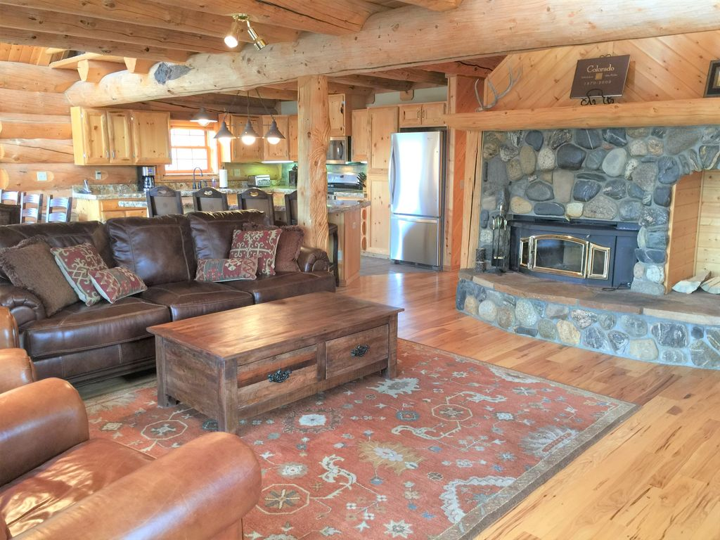 Fabulous log home 2 master bedrooms tabernash winter for Master bedroom with 2 beds