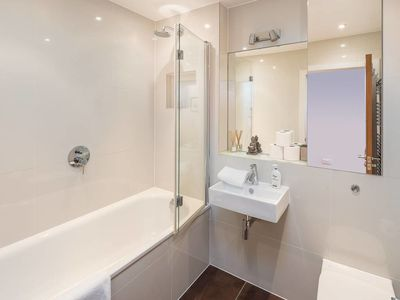 Photo for Charming 2bed, 2bath Fulham flat w/ small garden