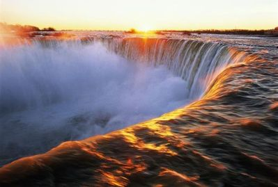 An Easy, Comfortable Walk to the Brink of The Horseshoe Falls -