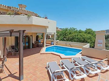 Family villa neighbouring golf course w/ private pool and free Wi-Fi