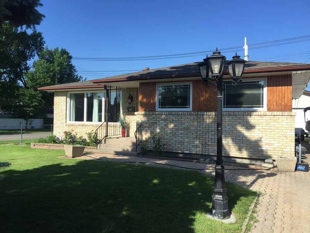 Executive 4 Bedroom Home in a quiet and wonderful neighborhood