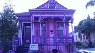 Historic Marigny lofted cottage open floor plan near Frenchman & Bourbon St.