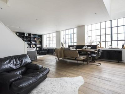 Photo for 4BR Villa Vacation Rental in London