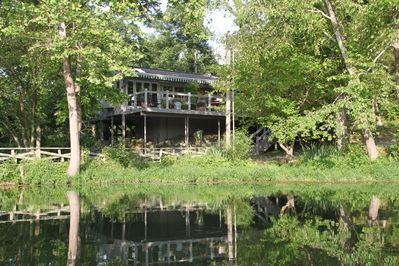 Waterside Cottage- lakeside luxury with outdoor hot tub
