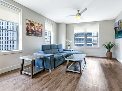 Spacious Modern 1bd Condo w King Bed in California Building by Hosteeva