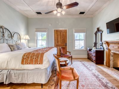 Photo for Sweet cabin near downtown with a private hot tub - perfect for romantic getaway.