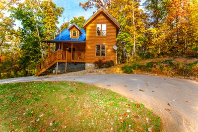 Cozy 2BR 2 BA cabin with circular driveway and a small yard