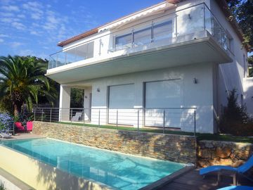 House with swimming pool and sea view in Cannes Californie.