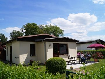 family friendly bungalow with fireplace, terrace, barbecue, boat rental