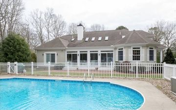Luxurious Heated Pool Home, 1 Mile to Village, 2 Miles to Dowses Beach