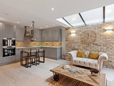 Photo for Contemporary 2 bed apt w/Patio in North London
