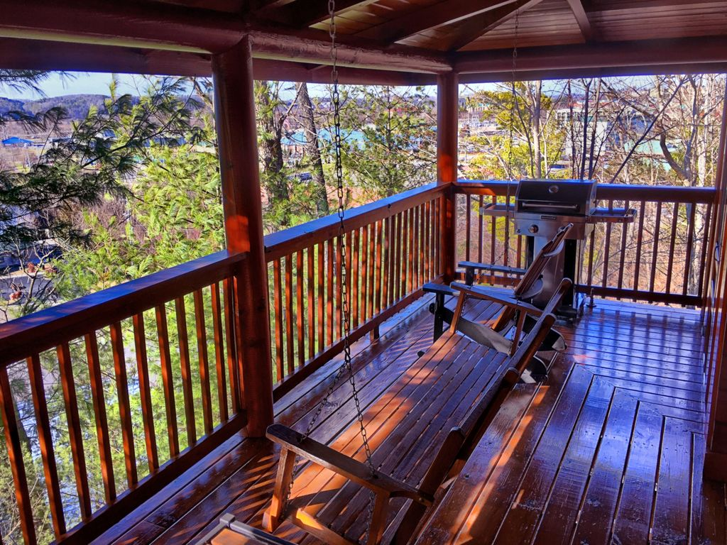 Bear Haven Boasts An Enormous 4 Bedroom Cabin Getaway Close To Every Attraction Pigeon Forge