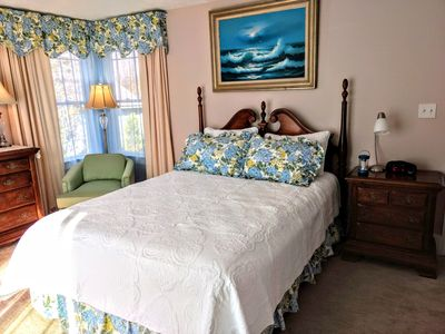 COMFY QUEEN BED! LOTS OF PILLOWS! RELAX IN CUSHY CHAIR! ENJOY!