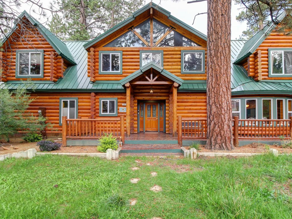 Stunning lodge home on two acres w/ private hot tub, fireplace, & gas grill!